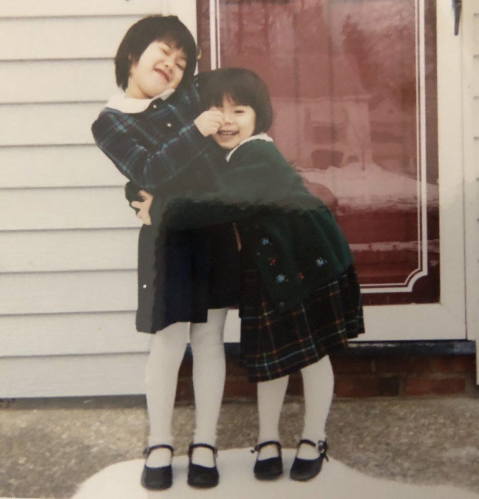 幼少期は少しだけアメリカに住んでいました。昔も今も、姉に抱きついては嫌がられています。(笑)